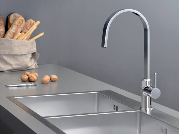Kitchen tap with high spout